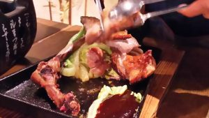 氷温熟成鶏のくわ焼き(調理中)|かまどか池上店