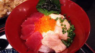 鮪とサーモンのあわせ丼|ひもの屋 川崎銀柳街入口