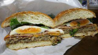クラシックベーコンエッグチーズバーガーの断面|フレッシュネスバーガー 新川崎スクエア店
