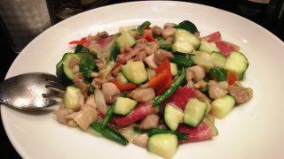 鶏肉とナッツと夏野菜のカレーオイル炒め|中華酒家飯店 角鹿