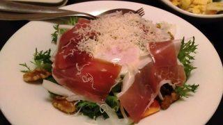 イタリア産プロシュートと千葉県産濃厚赤玉子のシーザーサラダ|隠れ房 川崎店(川崎DICE)