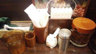 テーブルの調味料|100時間カレー B&R 武蔵小杉店