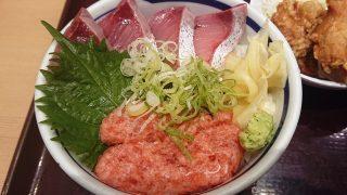 天然ハマチ・ネギトロ丼(アップ)|築地食堂 源ちゃん 川崎アゼリア店
