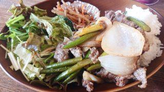 牛肉とニンニク芽のオイスターソース炒め(アップ)|casual dining bar SHELTER