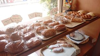 棚に並んだパン|スモモハウス