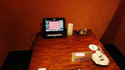 室内とタブレット|中華酒家飯店 角鹿(鹿島田)