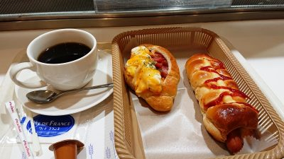 珈琲とパン2種|ヴィ・ド・フランス 川崎店