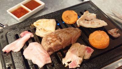 お肉を焼いているところ|焼肉 チョモランマ(武蔵小杉)