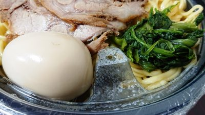スペシャルラーメンの味玉&ほうれん草 まくり家 川崎店